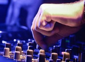 Un animateur DJ lors d'une soirée