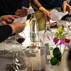 Animation d'un défi à table lors d'un repas