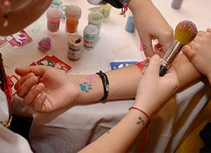 Atelier de tatouages réalisés au pochoir avec des paillette