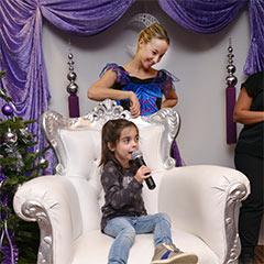 enfant accompagnée d'un animatrice déguisée en fée