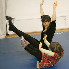 jeune enfant lors d'un atelier d'initiation aux arts du cirque
