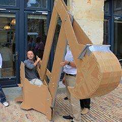 Une pelleteuse en carton pour un team building construction