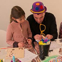 Animateur réalisant un atelier créatif sur le thème du cirque pour des enfants