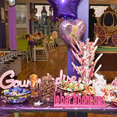 décoration d'un buffet de bonbons sur le thème de la féerie