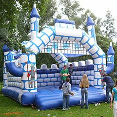 structure gonflable pour enfants en forme de château fort