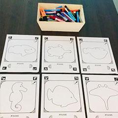 choix de coloriage différents diposnible sur une table pour les participants de l'événement