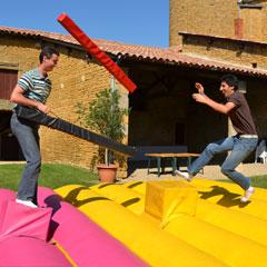 Le combat des gladiateurs avec la location de la structure gonflable