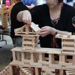 Placement de planchettes en bois en équilibre
