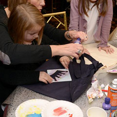 Customisation de sac en tissu dans le cadre d'atelier d'animation pour enfants