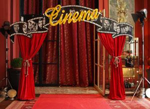 entrée décorée d'élément en bois peint thème cinéma