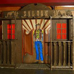 Façade de saloon en bois peint