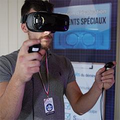 joueur avec un casque de réalité virtuelle et ses manettes jouant à un jeu de déminage