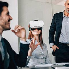 groupe participant en équipe à un jeu de démineur en réalité virtuelle