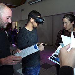 équipe d'entreprise participant à unjeu de déminage en réalité virtuelle
