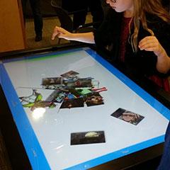 Enfants jouant sur une table tactile