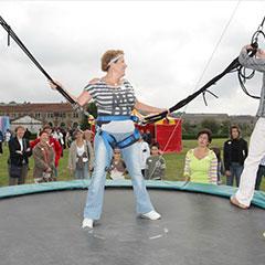 participants sur la structure du trampoline élastique