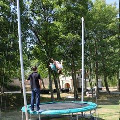 voltige exécuté avec le trampoline élastique en location