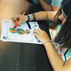 Jeune fille coloriant un modèle de l'animation projection de dessin animé