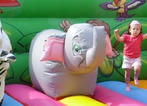 location d'une aire de jeux gonflable avec éléphant et tigre