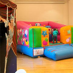 structure gonflable pour enfants sur le thème du cirque