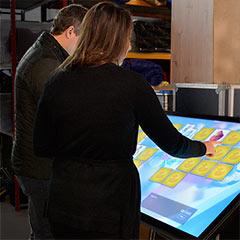 Visiteurs testant notre écran tactile