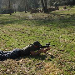 Joueur de laser game en position de sniper p