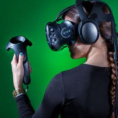 Personne équipée du système de réalité virtuelle HTC Vive
