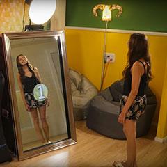 borne photo sous la forme d'un miroir interactif