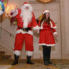 Arrivèe du Père Noël accompagné de la Mère Noël