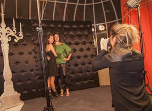 invités d'une soirée posant devant un photographe