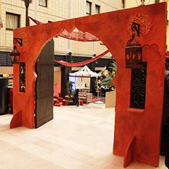 Reproduction en bois peint d'une porte orientale