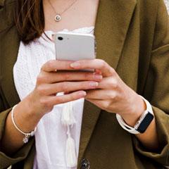 gros plan d'une femme réalisant un quiz en ligne sur son smartphone