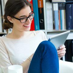 femme participant à un quiz en ligne d'entreprise sur une tablette tactile