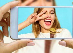 smartphone filmant une femme en train de chanter pour la réalisation d'un clip vidéo en ligne
