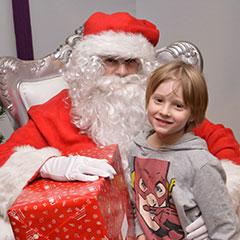 Photo avec le Père Noël pendant un gouter d'entreprise
