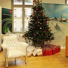 Le fauteuil du Père Noël et sapin pour un arbre de Noël d'entreprise