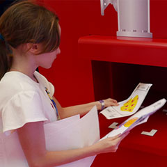 enfant scannant son dessin pour le projeter sur un écran