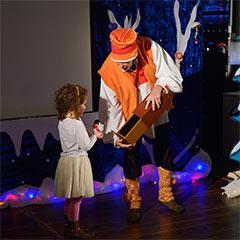 animateur avec enfant pour l'organisation d'un arbre de Noël