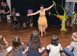 Enfant assistant à un spectacle de magie en entreprise