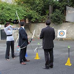 Participants s'exerçant au tir à l'arc