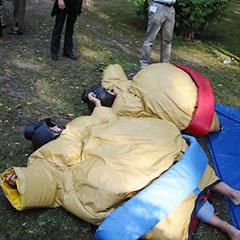 lutteurs au sol en costumes de sumo