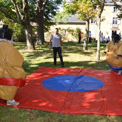 participants en costumes de sumo sur le Tapis de combat