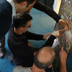 déroulement de l'escape game avec une tablette digitale