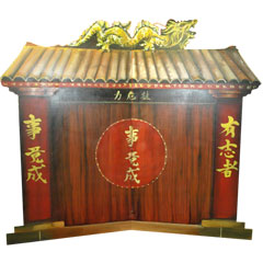 Porte d'un temple asiatique en bois peint
