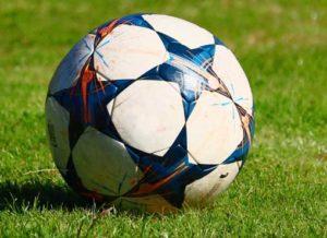 ballon sur le terrain de foot gonflable