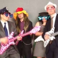participants habillé en rocker pour un vidéo clip
